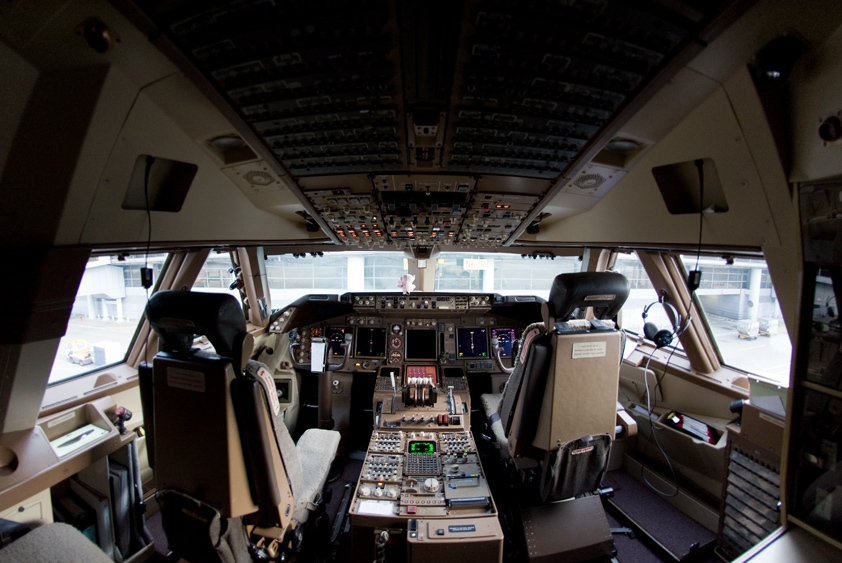 cathay pacific boeing 747-400 cockpit