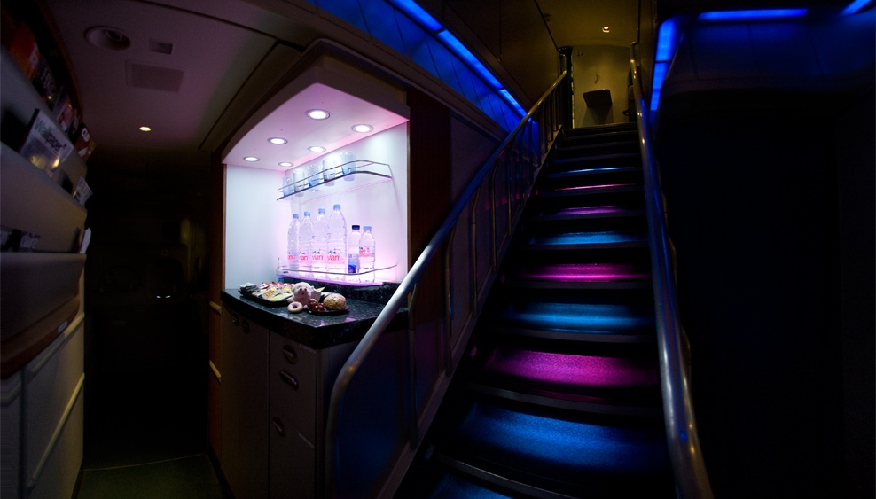 cathay pacific boeing 747-400 upper deck stairs