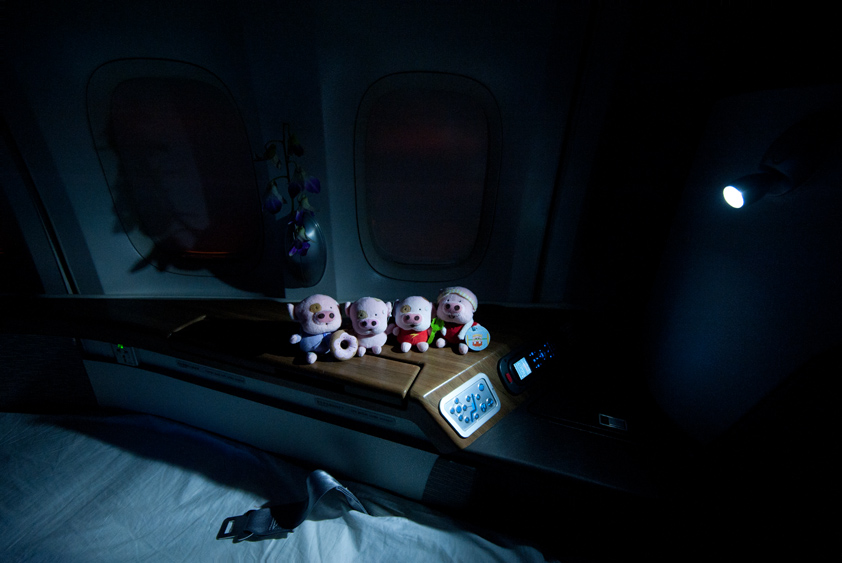 cathay pacific boeing 747-400 cabin business class first class mcdull mcmug