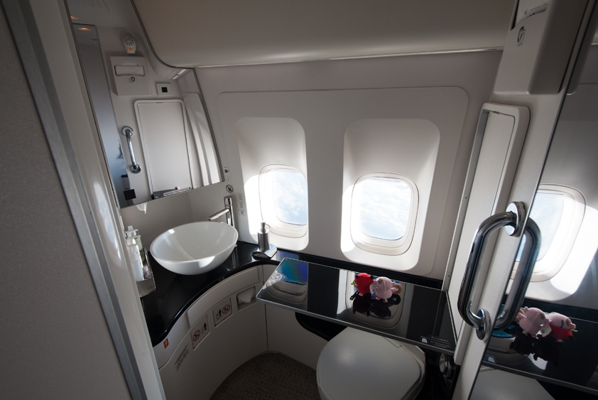 cathay pacific boeing 747-400 lavatory