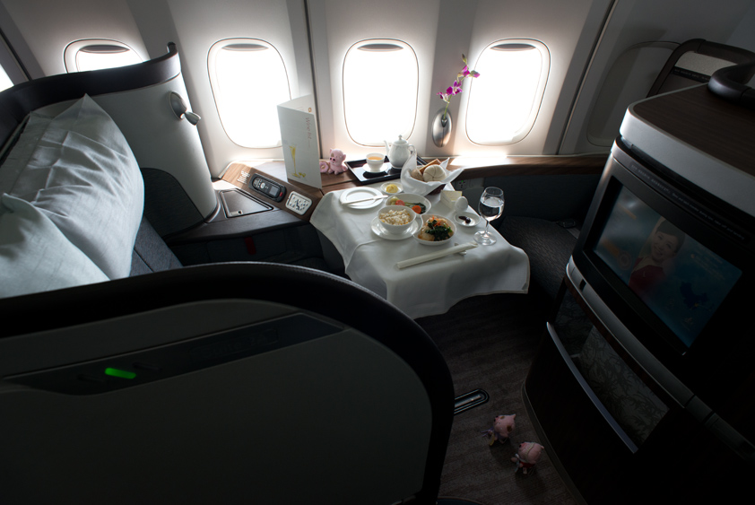 cathay pacific boeing 747-400 cabin and in flight meal business class first class mcdull mcmug